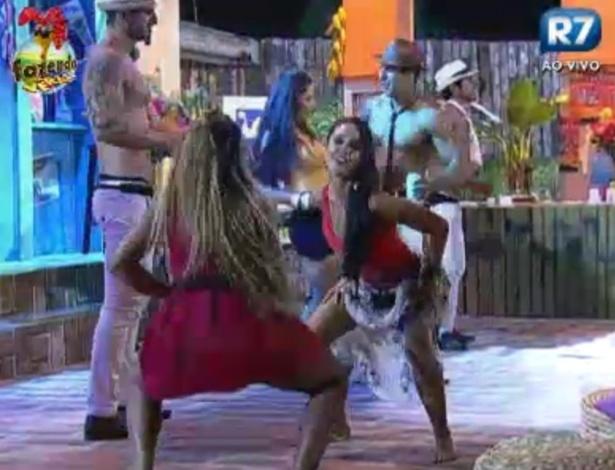 Karine e Flávia se divertem ao som de samba da festa cubana