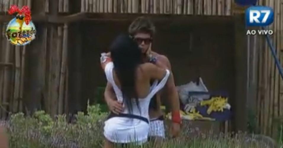 Natalia beija Victor no rosto