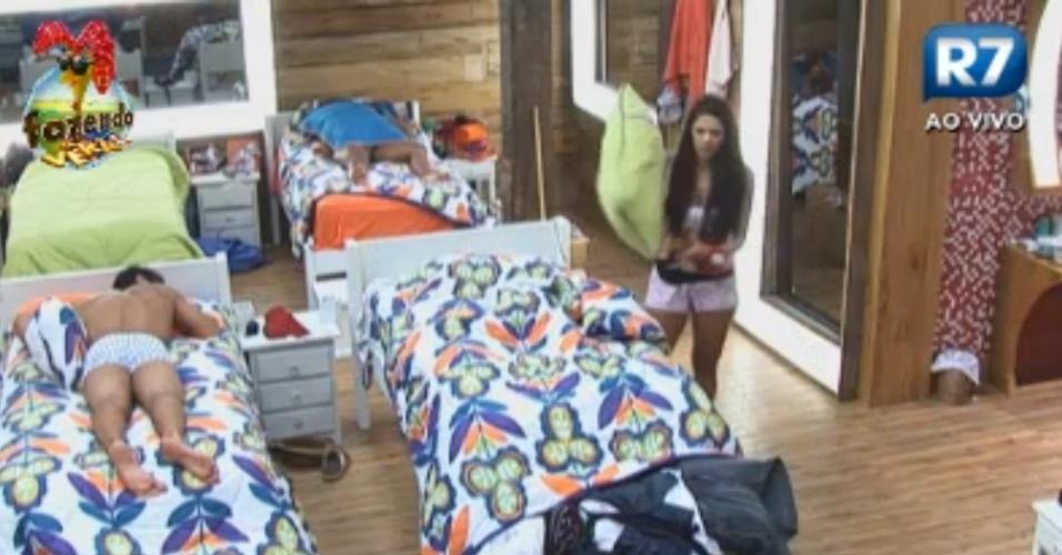 Nuelle tenta arrumar as camas enquanto os peões dormem