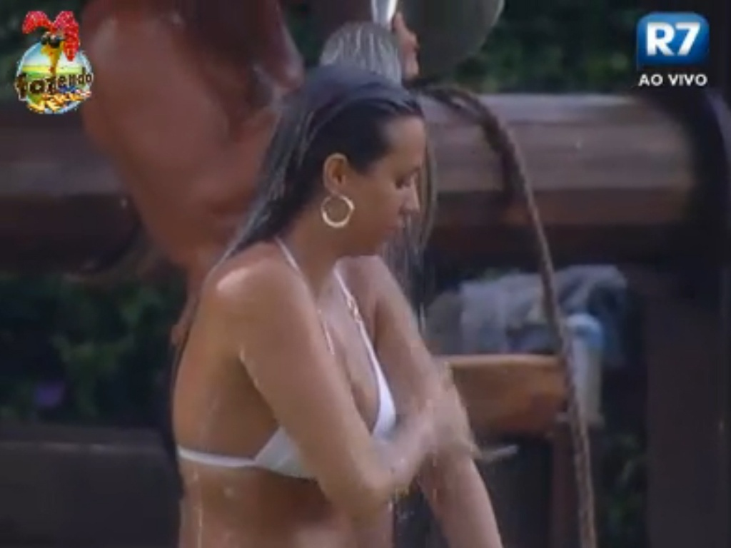 Nuelle toma banho com água do poço
