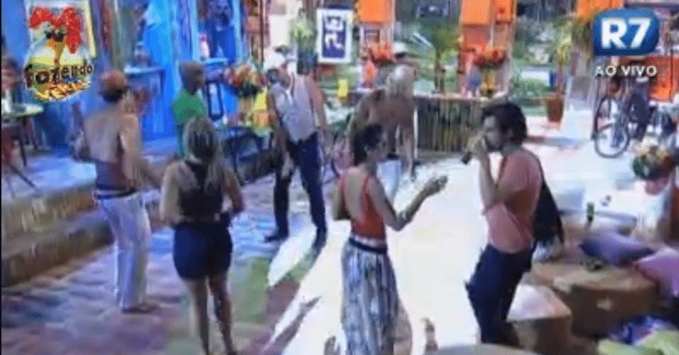 Peões se divertem na festa durante a madrugada