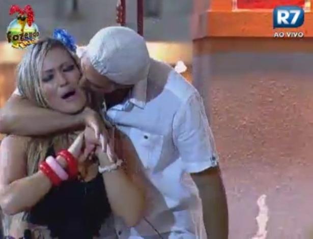 Rodrigo Carril beija Ísis enquanto dançam na festa