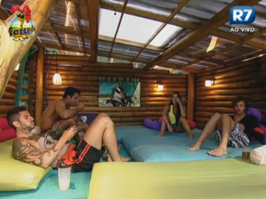 Thyago, Dan, Flavia e Haysam conversam na Casa da Árvore