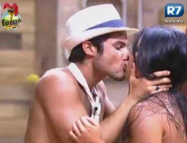 Victor beija Natalia na Sede durante a festa