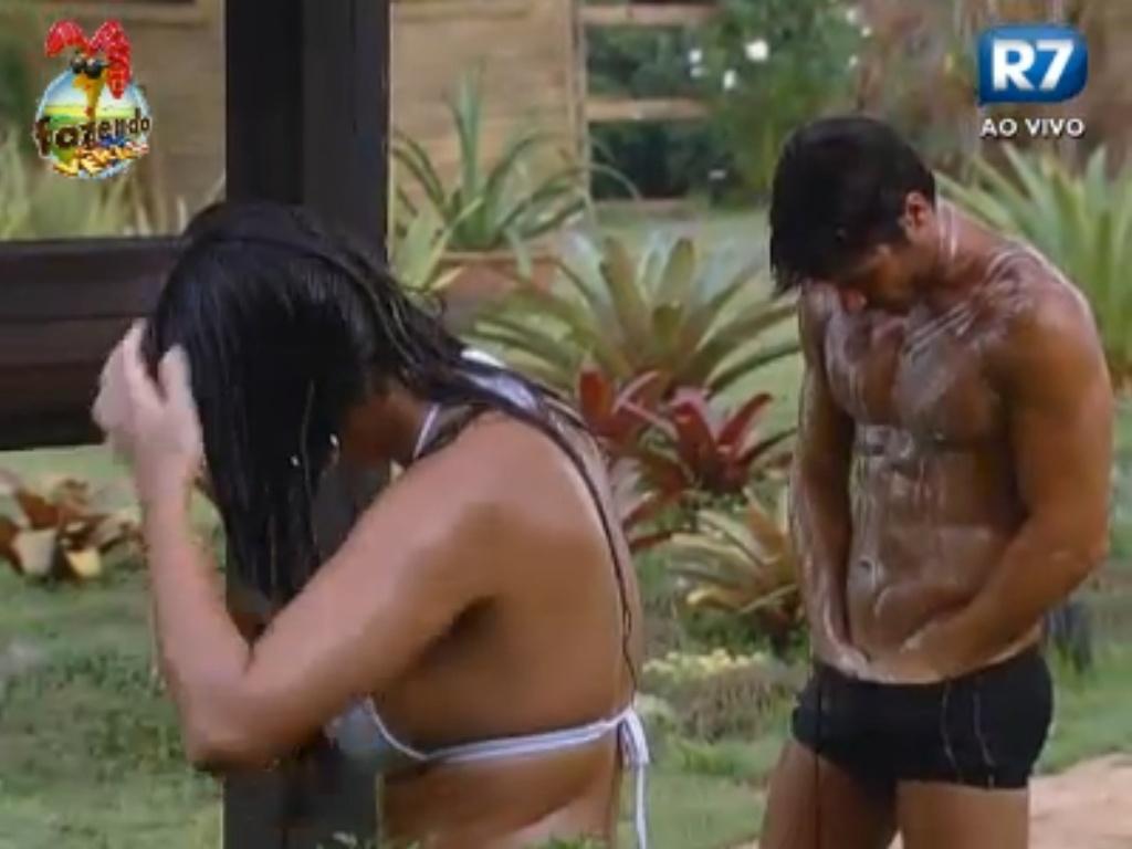 Victor se ensaboa enquanto Nuelle desembaraça o cabelo