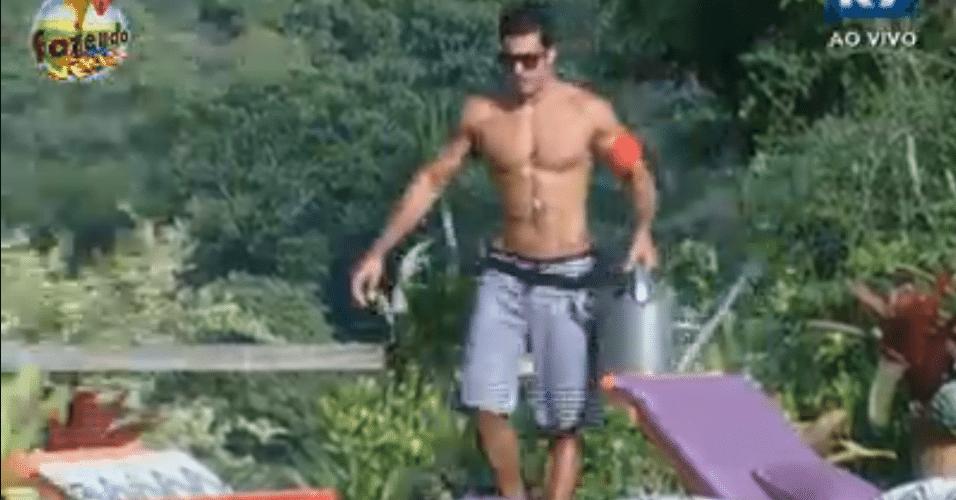 Dan rega o jardim sem água encanada