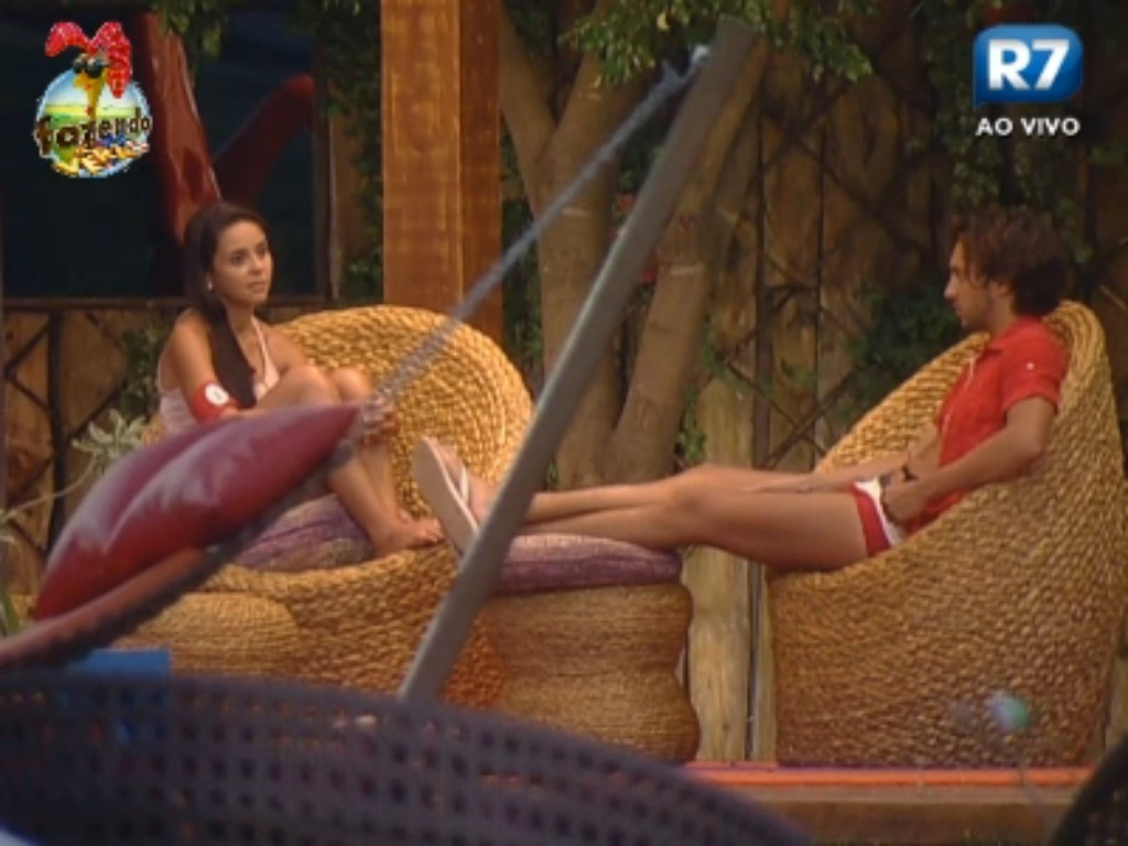 Flavia e Haysam conversam na varanda sobre Dan e Thyago