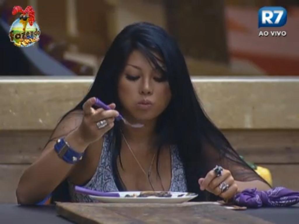 Natalia almoça sozinha depois de todos os peões