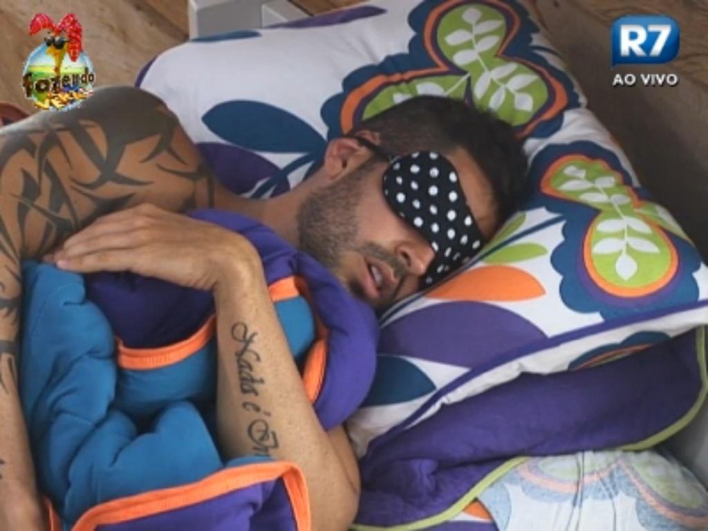 Para evitar a claridade, Thyago dorme de olhos vendados