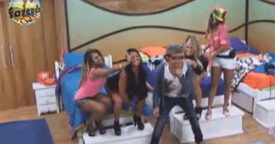 Haysam, Natalia, Ísis, Karine e Angelis dançam no quarto