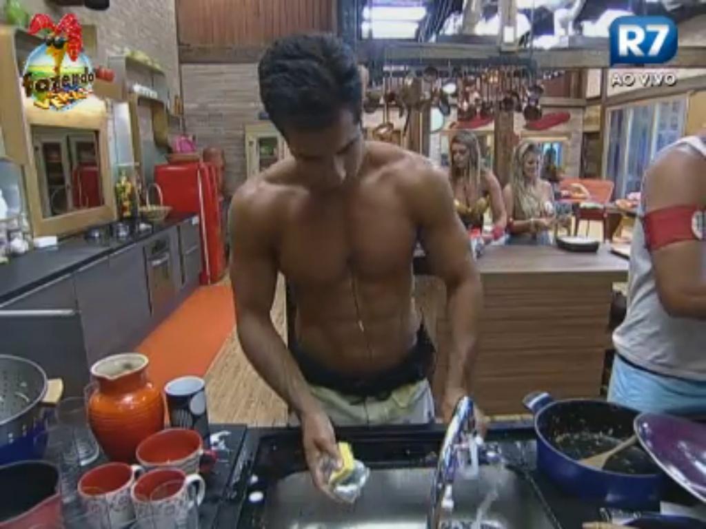 Dan e Carril lavam a louça