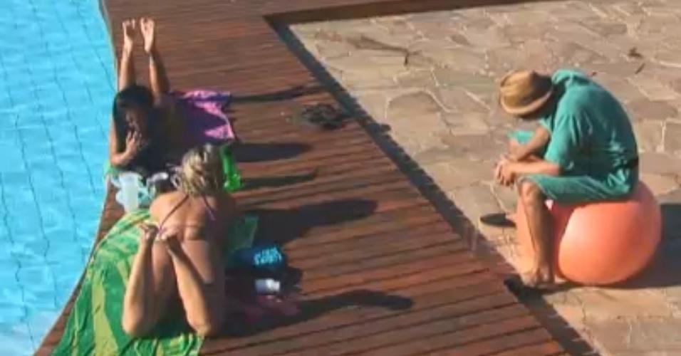 Haysam conversa com Ìsis e Natalia à beira da piscina