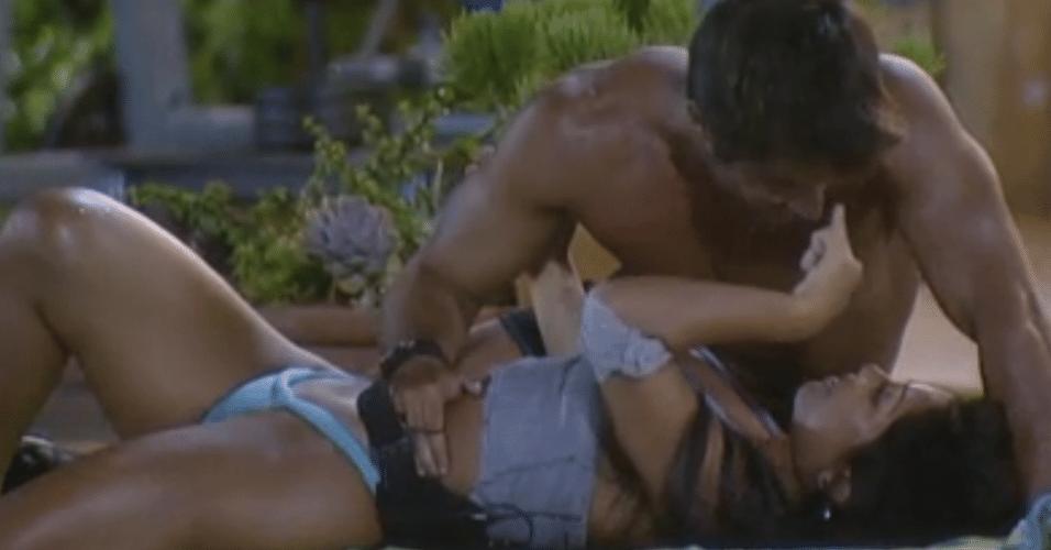 Natalia e Victor namoram na beira da piscina
