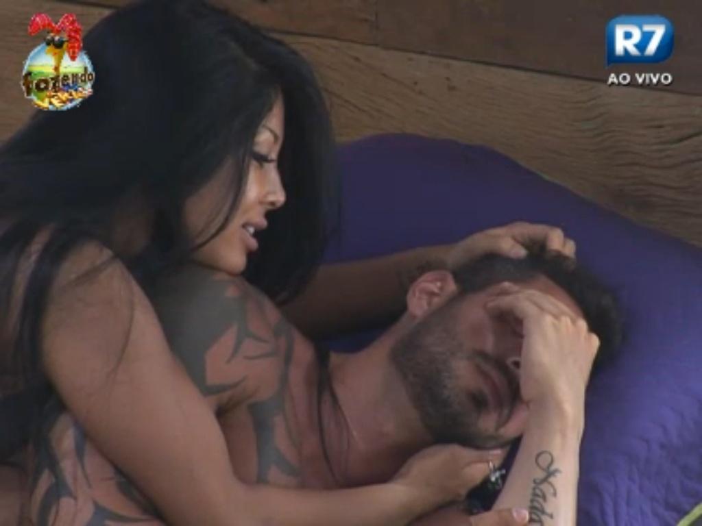 Natalia faz carinho em Thyago