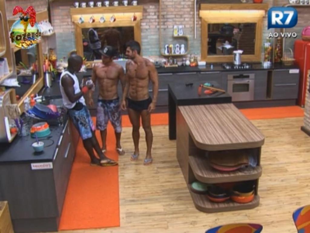 Thyago, Raphael e Victor conversam na cozinha