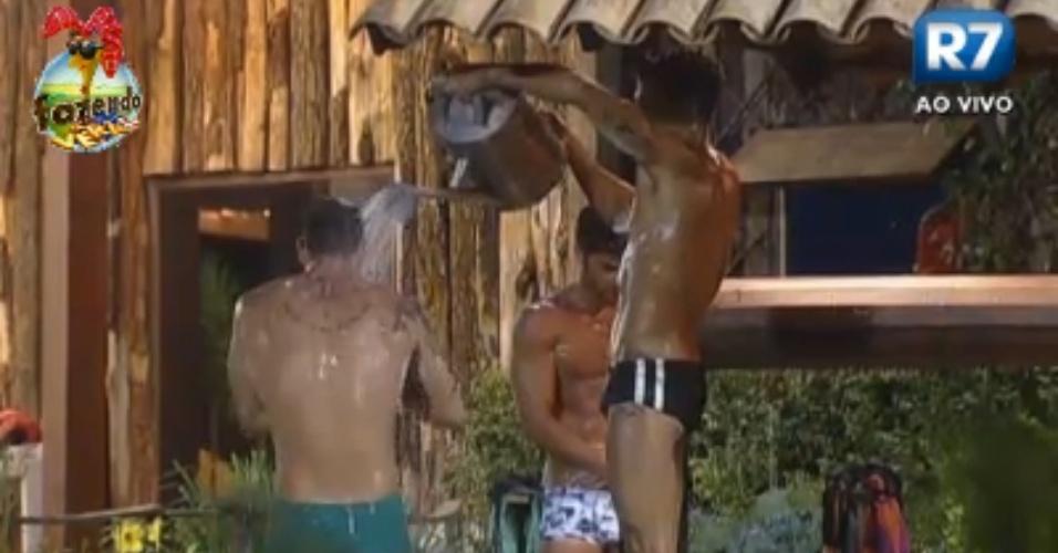 Agora é a vez deles: Victor, Thyago e Dan se ajudam a tomar banho