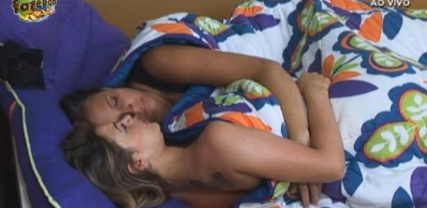 """Pela primeira vez, o apresentador disse que Angelis e Manoella formam um """"casal"""" no reality show"""