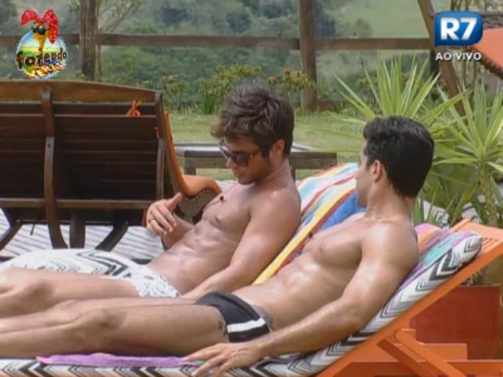 Victor e Dan aproveitam dia nublado para tomar banho de sol