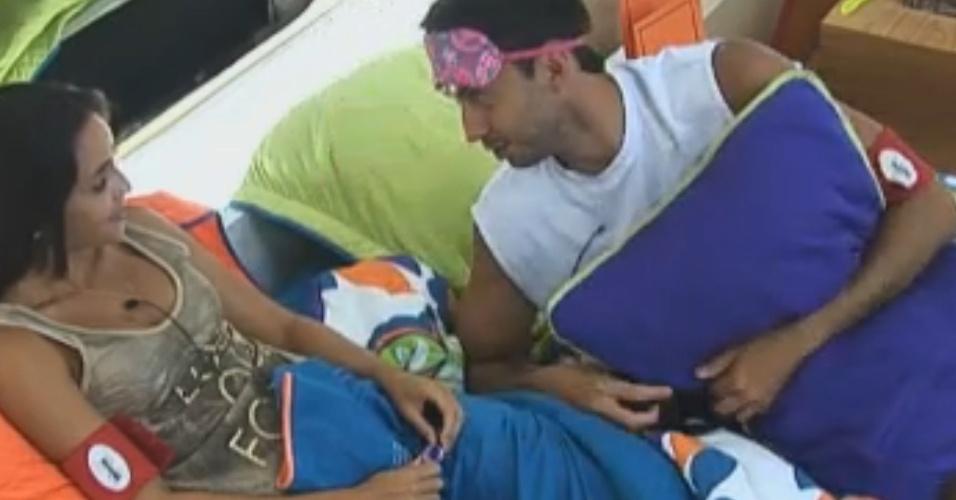Carril e Flávia conversam na cama