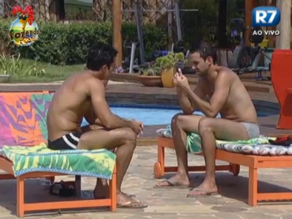 Dan e Carril conversam à beira da piscina