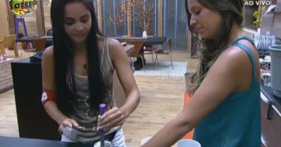 Formiguinhas: Flávia e Angelis abrem lata de leite condensado
