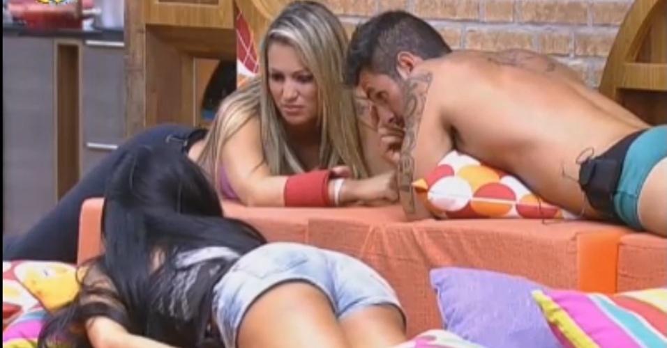 Ísis e Thyago conversam com Natália após formação da roça