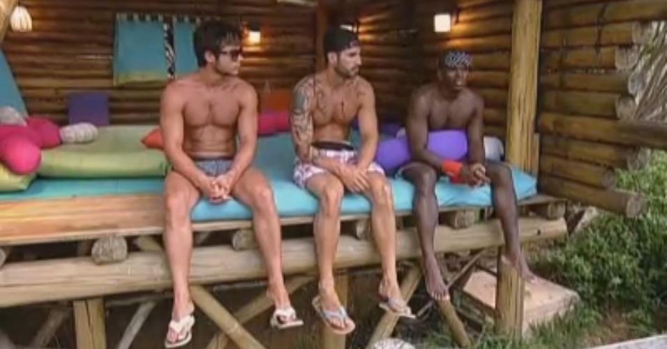 Victor, Thyago e Raphael conversam na casa da árvore