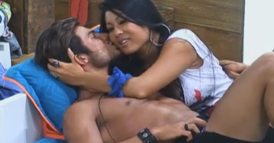 Natália e Victor trocam carinhos na cama