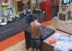 Thyago e Raphael jogam futebol com tampinhas de refrigerante para passar o tempo - Reprodução/Record