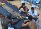 Responsáveis pelas tarefas, peões da equipe Formiga reclamam do café da manhã - Reprodução/Record