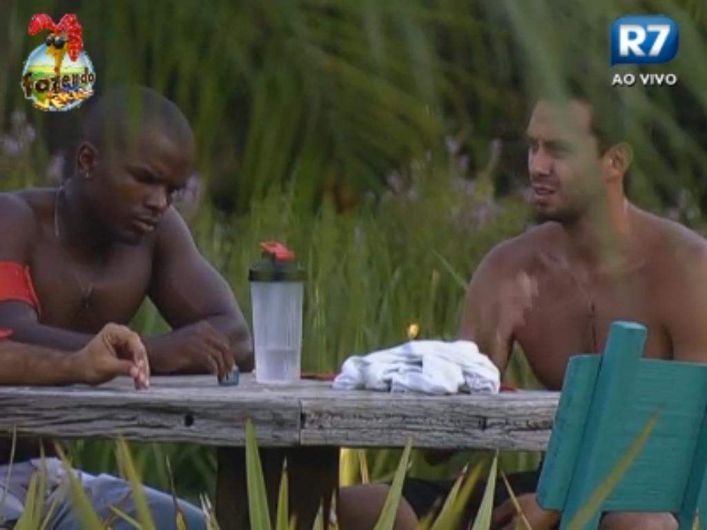 Raphael e Carril conversam na área externa