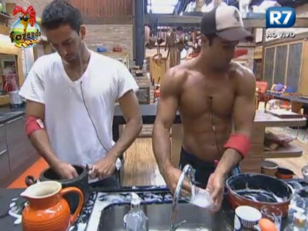 Rodrigo Carril e Dan Wainer lavam a louça