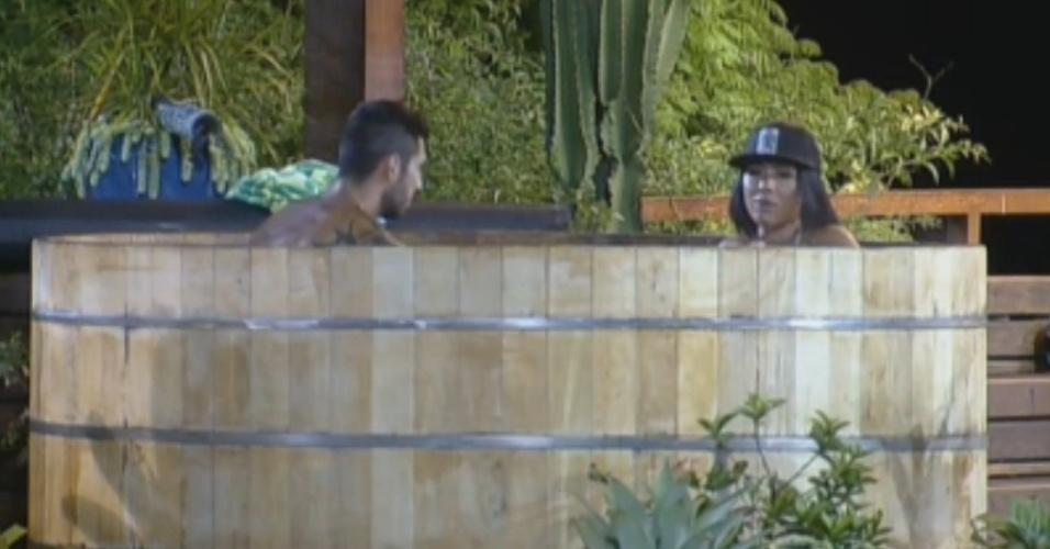 Thyago e Natália curtem um banho no ofurô