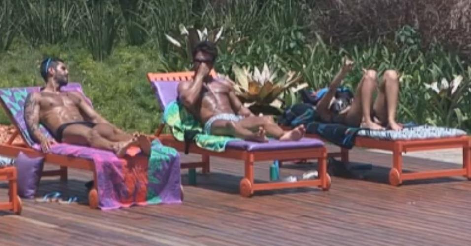 Thyago, Victor e Manoella tomam banho de sol