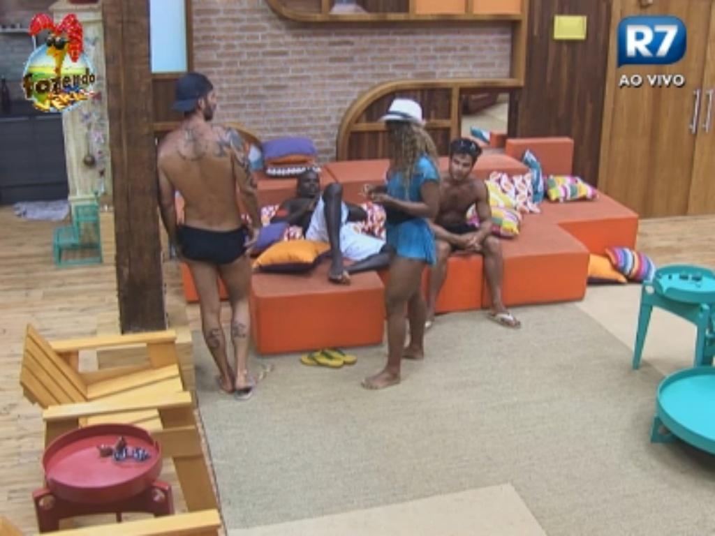 Victor e Thyago elogiam corpo de Karine