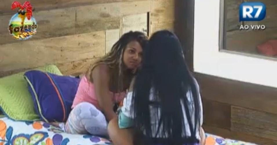 Natália diz para Karine que está preocupada com proximidade de Angelis