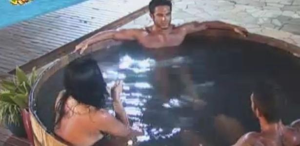 Thyago conta a peões que pulará na piscina se vencer roça
