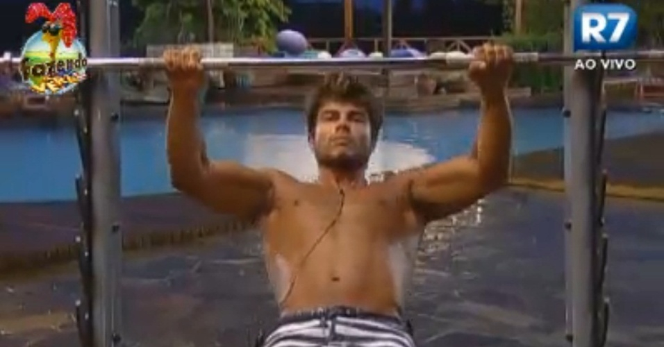 Victor faz flexões na barra