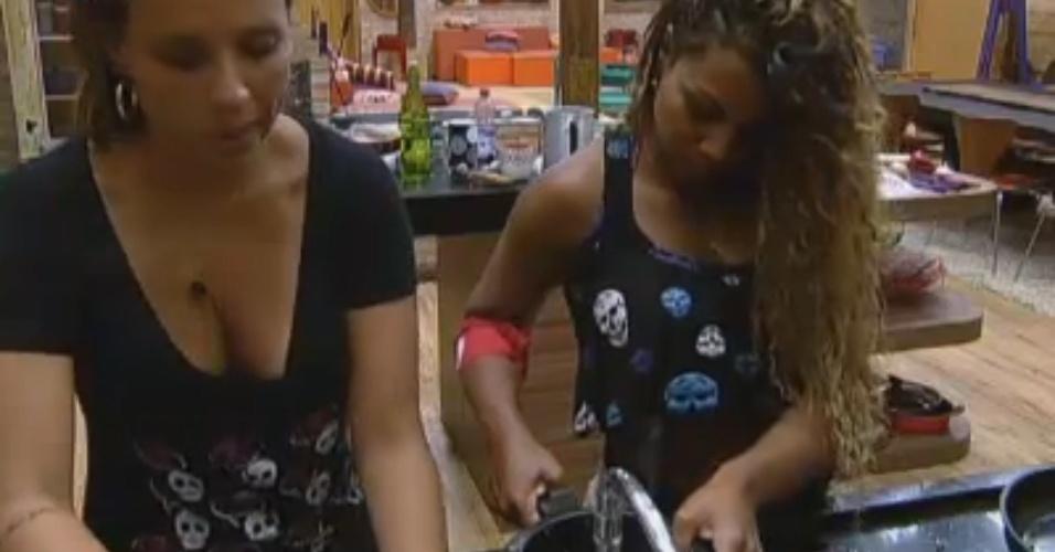 Angelis lava louça e Karine põe água no feijão