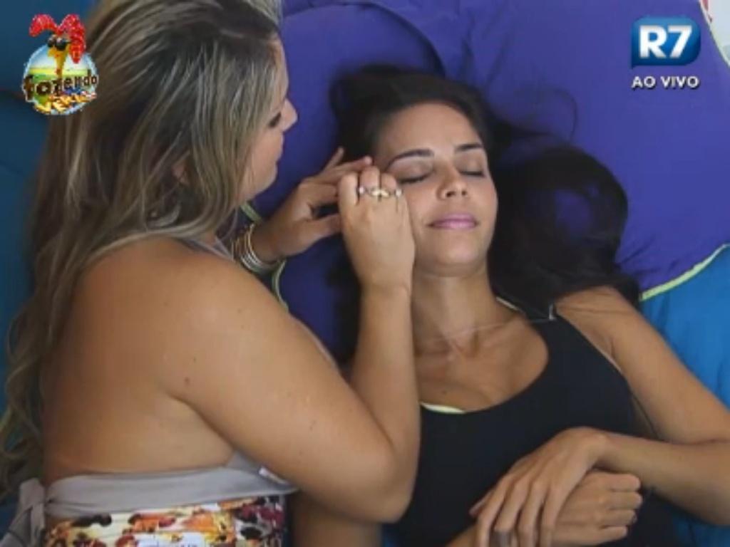 Ísis faz a sobrancelha de Flávia