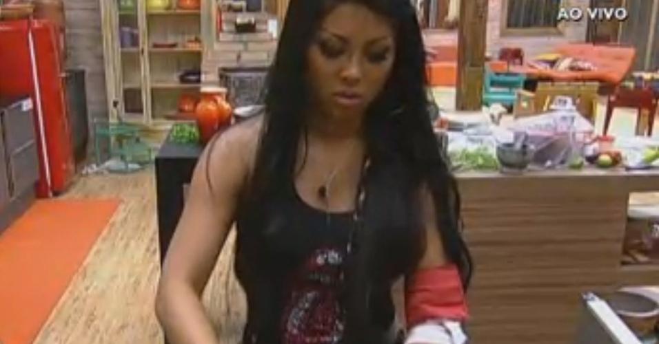 Natália lava a alface para o almoço