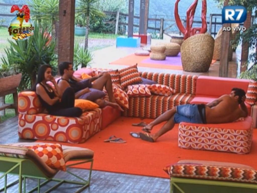Thyago, Carril e Flávia conversam na varanda da sede