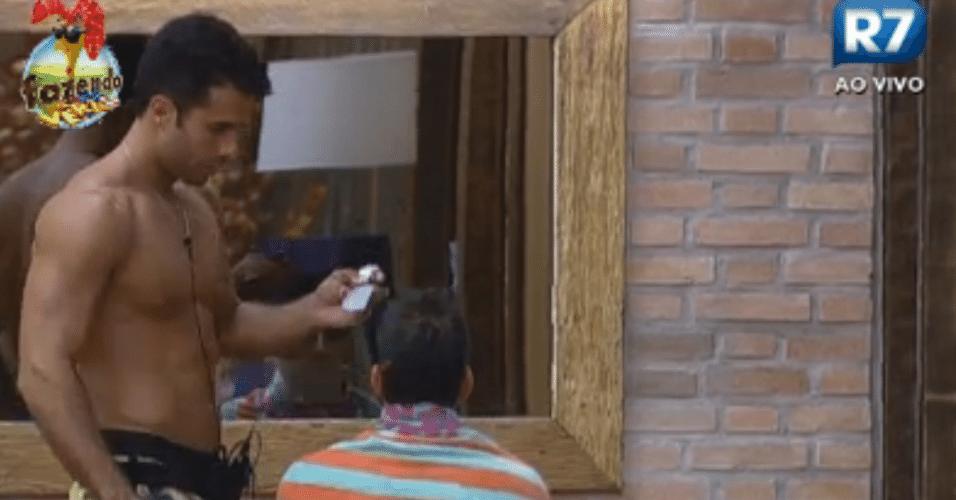Dan corta o cabelo de Rodrigo Carril