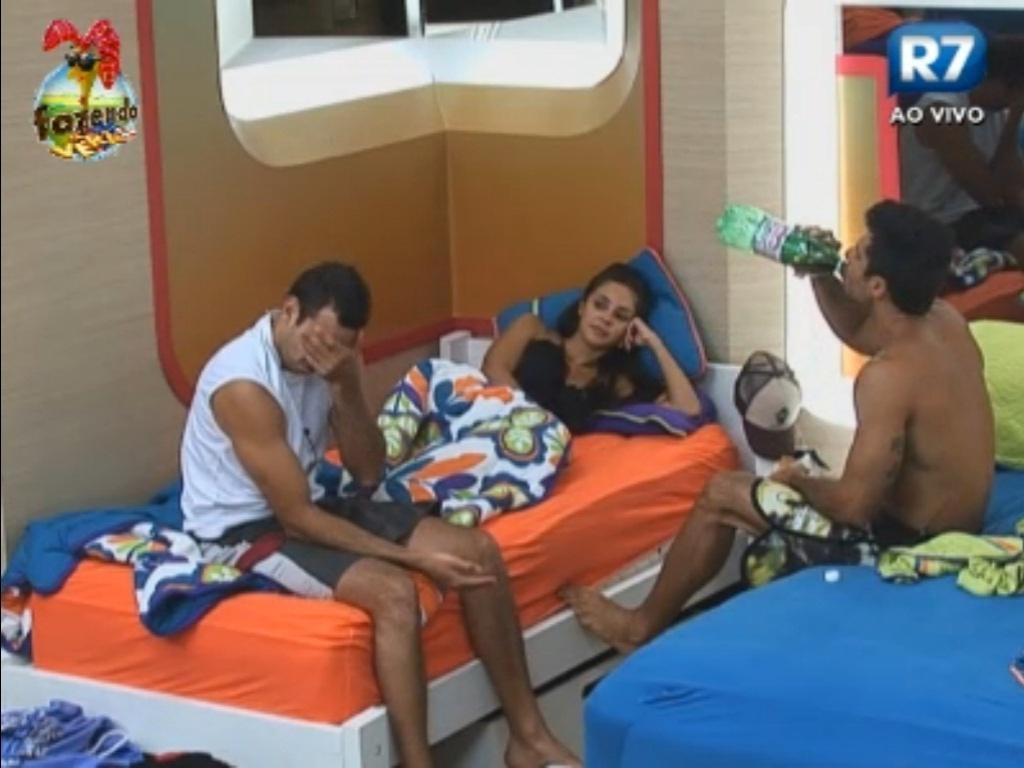 Carril, Flávia e Dan tentam conversar sobre a roça
