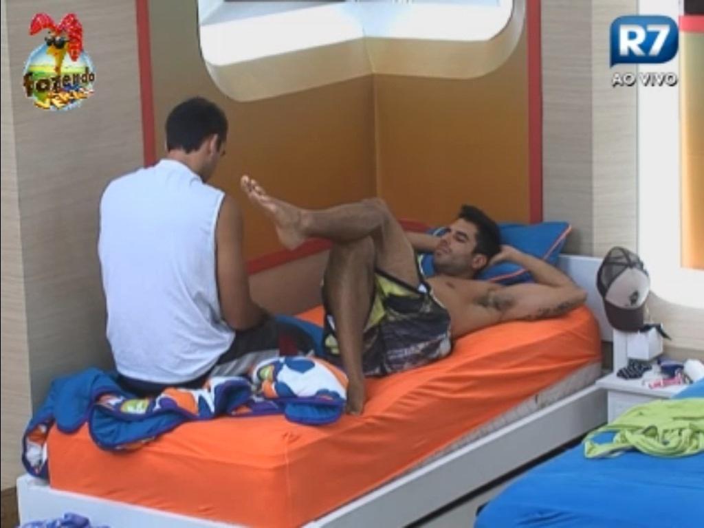 Dan e Carril conversam na cama