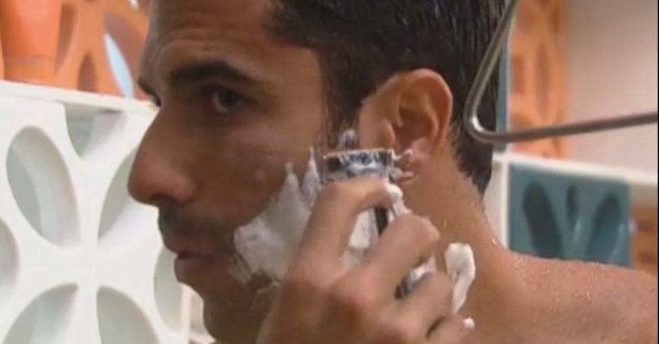 Dan Wainer faz a barba