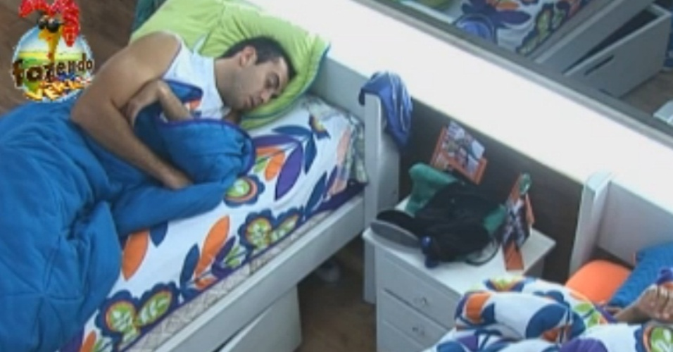 Peões descansam na tarde desta segunda-feira (17)