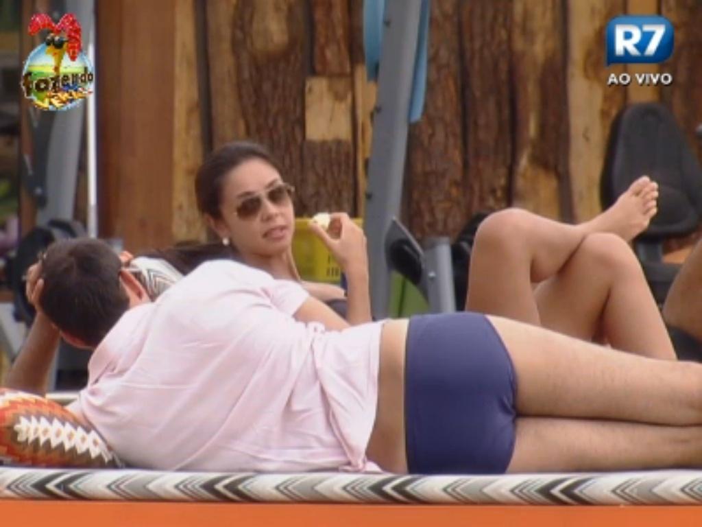 Carril conversa com Flávia nas cadeiras próximas à piscina