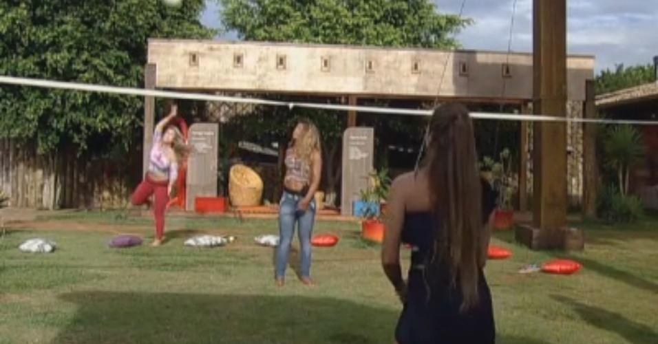 Participantes do reality jogam vôlei com bola improvisada