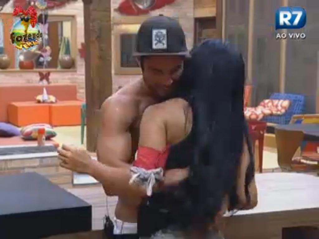 Victor agarra a ciumenta Natália
